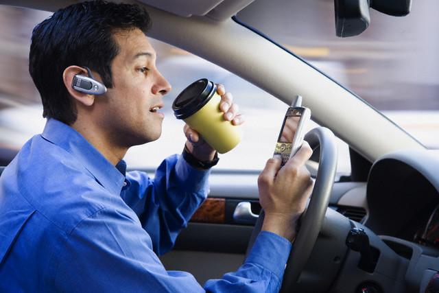О каком управлении машиной может идти речь, когда водитель держит в одной руке телефон, в другой руль. | Фото:  autonews.ua