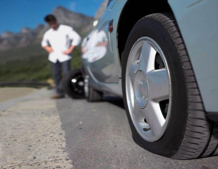 Чтобы банально заменить пробитую шину, нужно открутить колесо и поддомкратить автомобиль. | Фото: logistic-system.ru