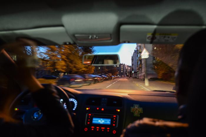 Не самом деле, сложнее всего вести машину ночью, а в сумерки. | Фото: auto.onliner.by