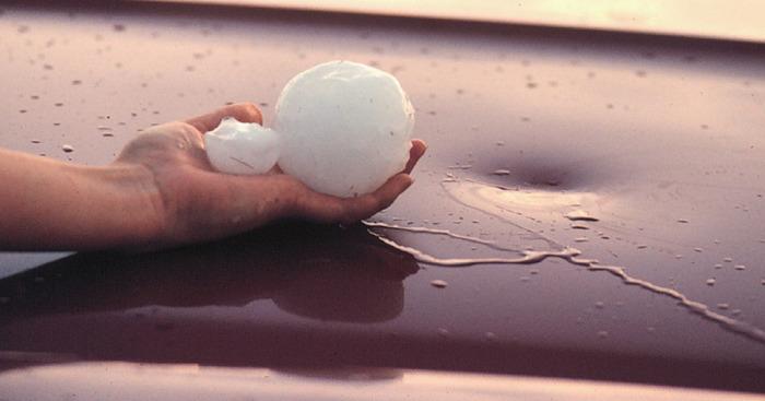 Если на кузове появилась вмятина, исправить это поможет кусок сухого льда. | Фото: kuzovnoy-omsk.ru