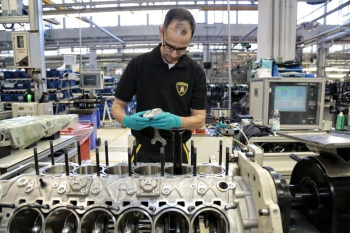 Не только моторы Lamborghini собираются вручную. | Фото: a.d-cd.net