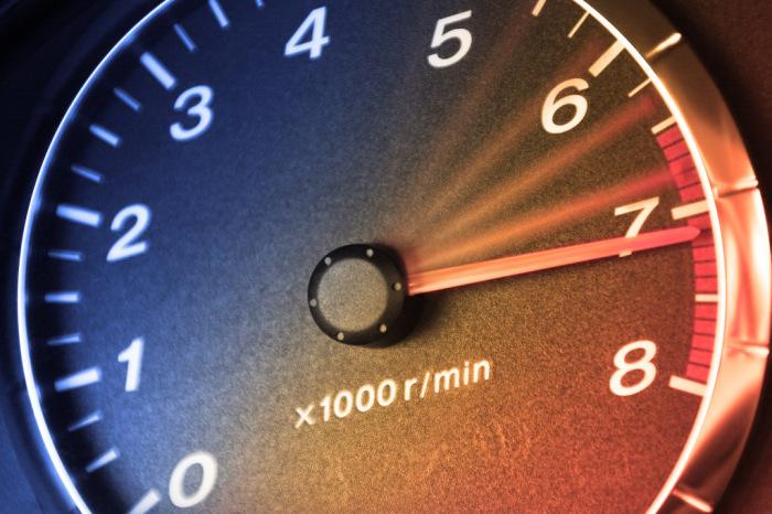 Любители красной зоны серьезно сокращают жизнь мотору своей машины. | Фото: a.d-cd.net