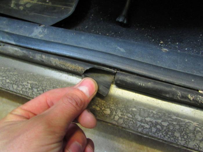 Если резина на уплотнителе порвана, то его нужно заменить.