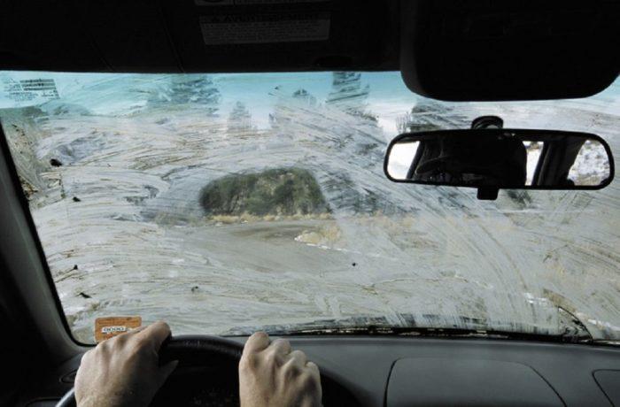 Засохшая грязь на лобовом стекле - один из главных врагов стеклоочистителей. | Фото: coollifehack.ru
