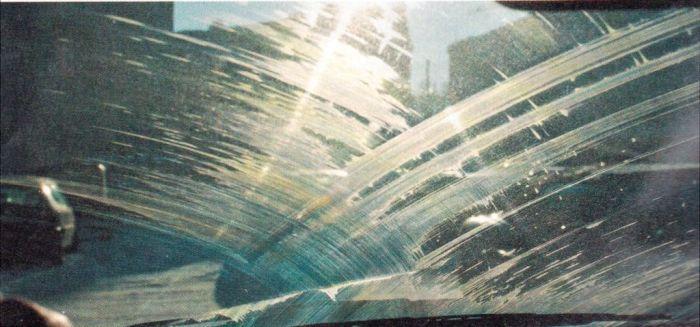 Избавиться от разводов на лобовом стекле, оставляемых дворниками поможет медицинский спирт. | Фото: ecology-of.ru
