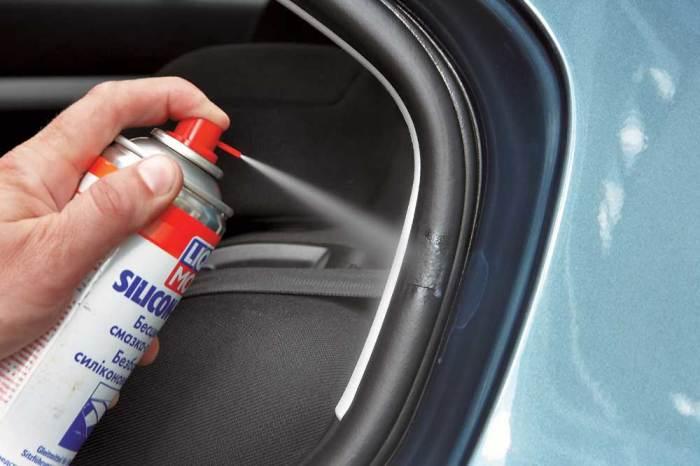 Резина «дубеет» на холоде, а в сильные морозы уплотнители могут примерзать к кузову и попросту рваться из этого.