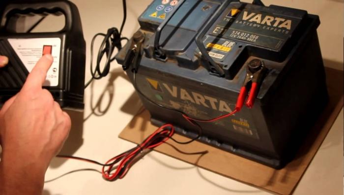 Чтобы подготовить аккумуляторную батарею к зиме, нужно в первую очередь подзарядить ее.