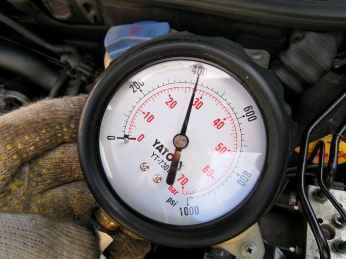 При недостаточной компрессии двигатель может не завестись зимой.