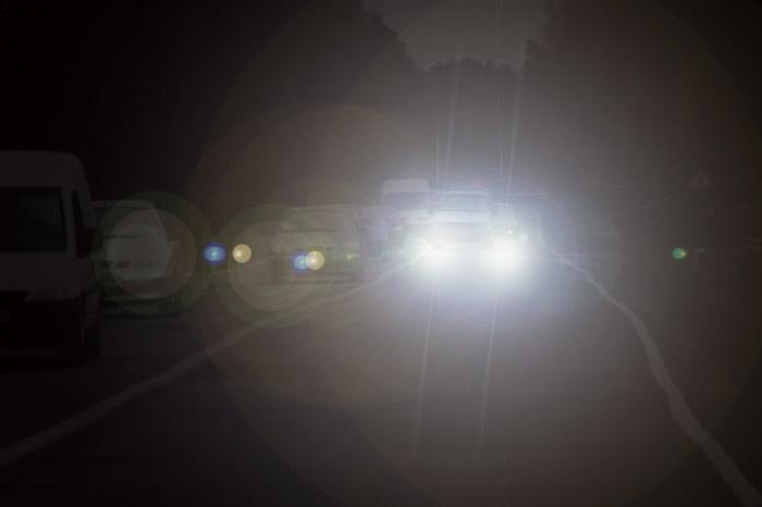 Даже при ближнем свете фар встречной машины водитель будет некоторое время ехать вслепую. | Фото: drive2.ru