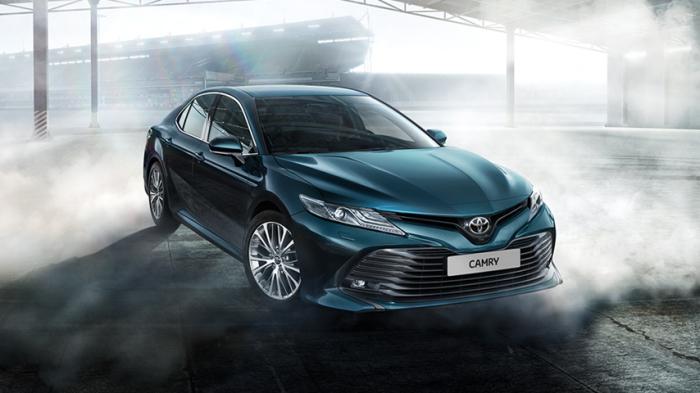 Toyota Camry в новом поколении машина получила более агрессивный дизайн.