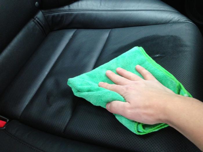 Желательно хотя бы раз в месяц обрабатывать кожу специальными средствами по уходу. | Фото: carpedia.club