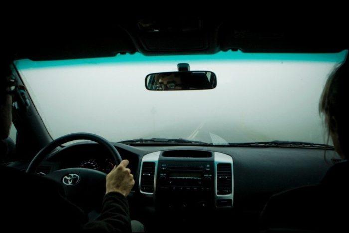 Часто запотевающие окна могут стать настоящей проблемой при езде дождливой осенью или холодной зимой.