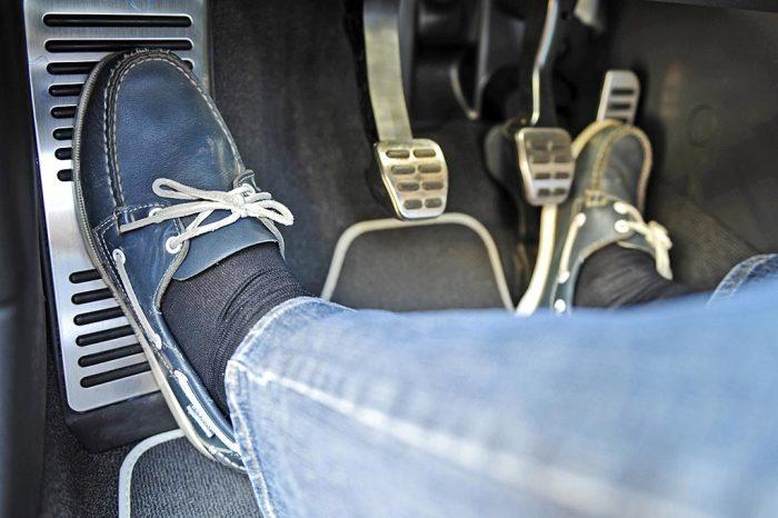 Умение правильно дозировать тягу на ведущих колесах крайне  важное при проезде скользких участков. Фото:  allcarz.ru