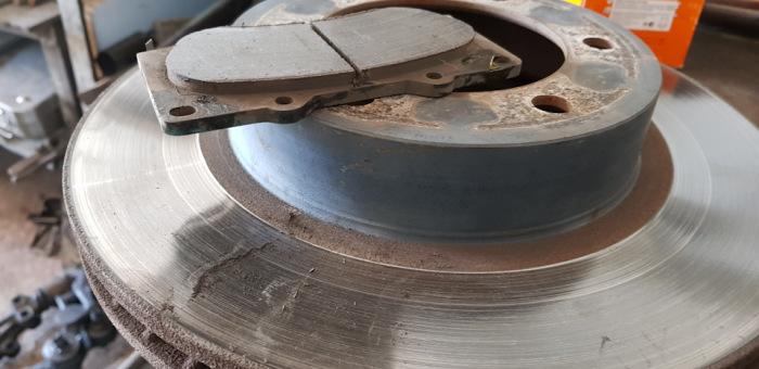 Тряска и биение руля при торможении могут быть вызваны самыми разными причинами. | Фото: autoua.com