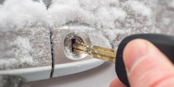 В сильный мороз замерзает личинка замка, и попасть внутрь автомобиля становится проблематично.