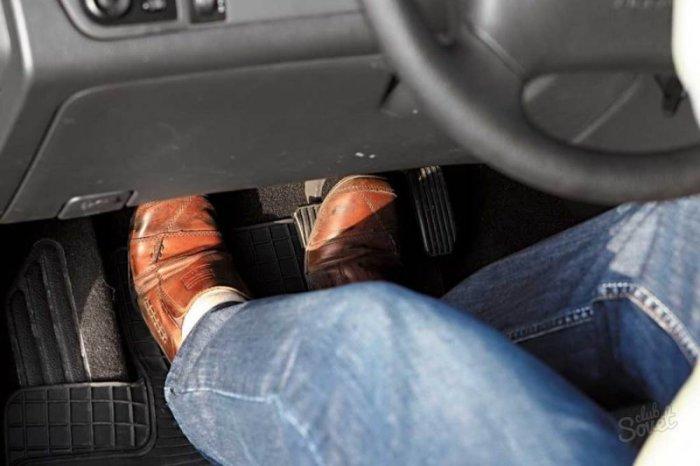 Когда водитель выжимает сцепление, в работу вступает выжимной подшипник.