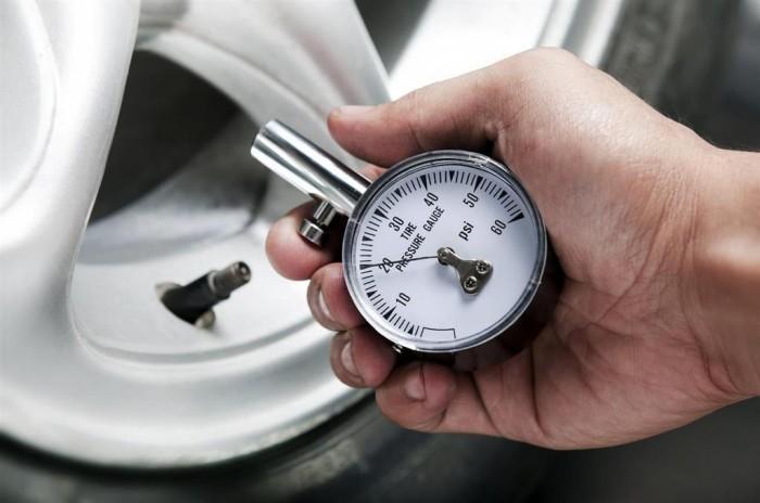 Нужно хотя бы раз в неделю проверять давление в шинах.