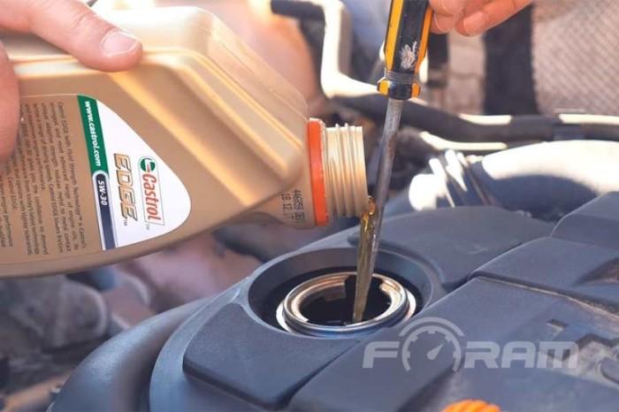 Так медленно, но уверено, можно залить масло в двигатель не расплескав его. | Фото: foram.ru