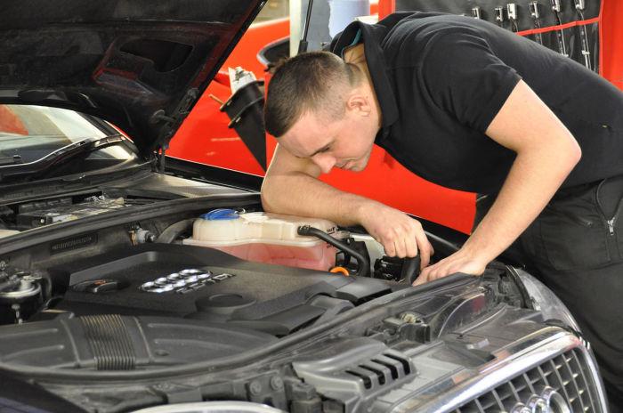 После наружного осмотра, нужно открыть капот и осмотреть двигатель на наличие подтеков масла.