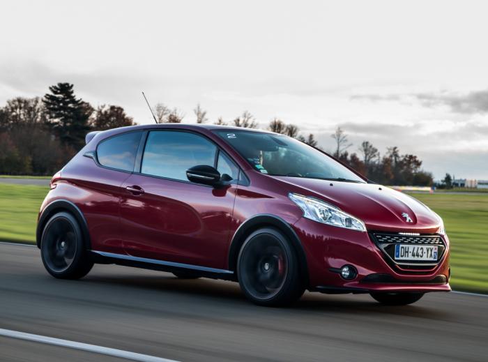 Благодаря яркому дизайну автомобиль все еще выглядит ярко и узнаваемо.