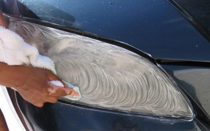 В чистке фар поможет обычная зубная паста.