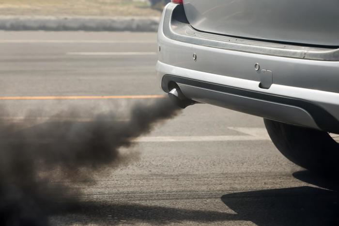 Профессиональные механики по цвету дыма из выхлопной трубы могут определить тип неисправности мотора. | Фото: s.newsweek.com