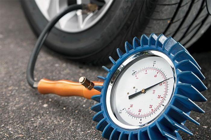 Проверять давление в шинах необходимо раз в три недели. | Фото: okuzove.ru