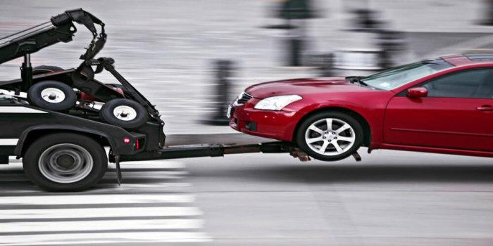 Машину «автоматом» можно буксировать только с включенным мотором. Если же это невозможно, то тогда лучше обратиться за помощью эвакуатора. |Фото: afscars.ro