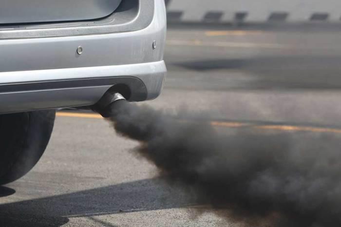 Черный дым из выхлопной трубы - признак серьезных проблем с двигателем. | Фото: tusciaweb.eu