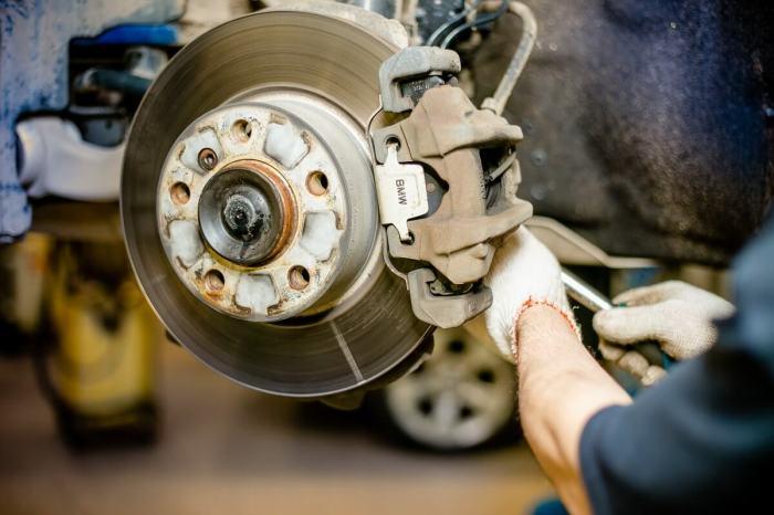 У приобретенной подержанной машины с большой долей вероятности будут изношены тормозные колодки и диски. | Фото: forsazh-sto.ru