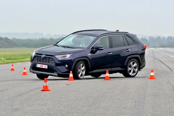 RAV4 хороший пример того, как не должен проходить лосиный тест автомобиль 2019 года. | Фото: autoreview.ru
