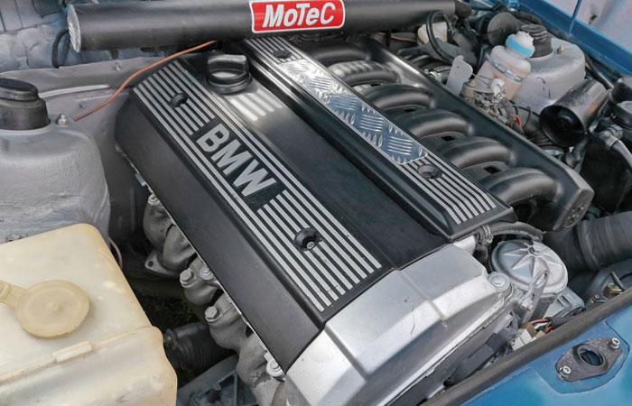 В качестве силовой установки в автомобиле применен двигатель от BMW 5 Series. | Фото: 2drive.ru