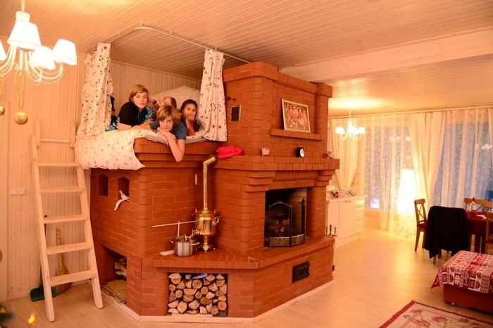 Русская печь с лежанкой, на которой очень любят играть дети.