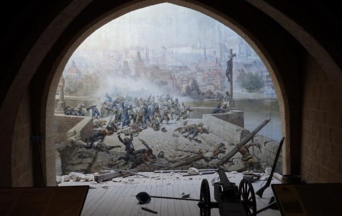 Карлов мост часто становился местом боев, принесших славу защитникам Праги (Работа бр. Адольфа и Карла Либшеров, события 1648 г.). | Фото: ready2travel.ru.