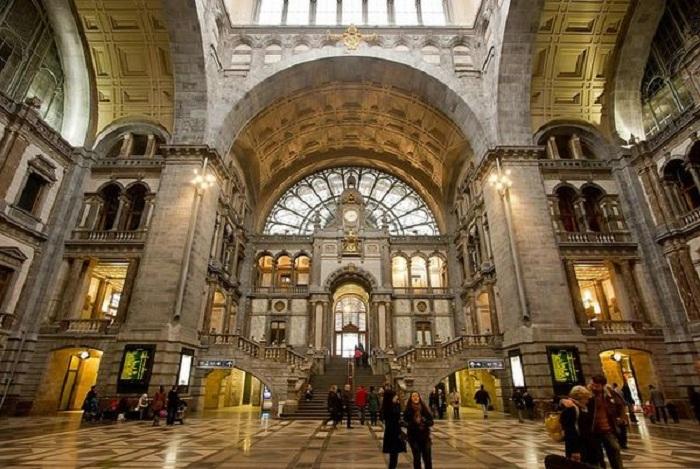 Интерьер железнодорожного вокзала Антверпен-Центральный (Бельгия).