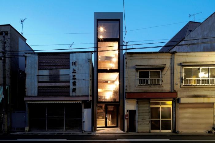 Узкий дом спроектировала японская архитектурная студия YUUA Architects & Associates. | Фото:  plataformaarquitectura.cl.