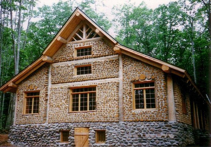 Дом из поленьев получился красивым и удобным.