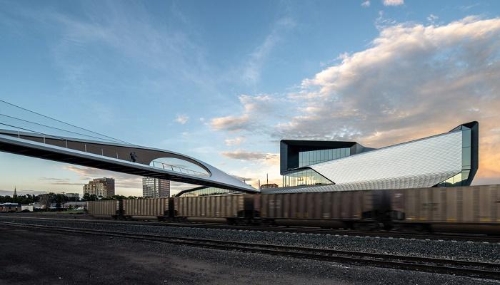 Изогнутая стальная конструкция моста длиной 76 метров (Park Union Bridge, Колорадо-Спрингс). | Фото: arquitecturaviva.com.