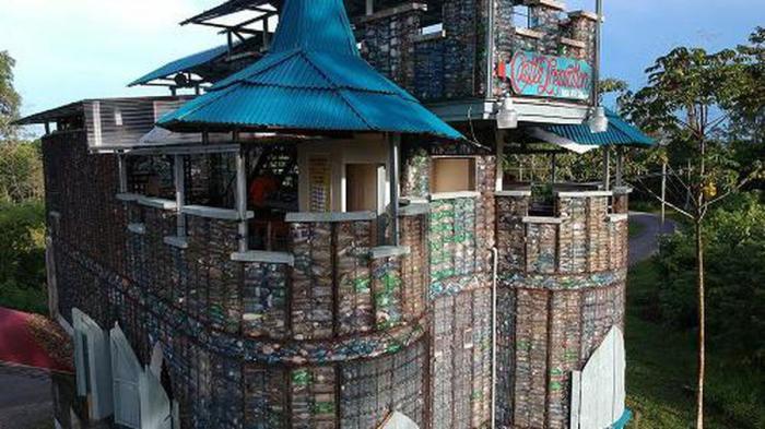 Гостиница «Пластиковый замок» тоже сделана из выброшенных бутылок (Plastic Bottle Village, Панама). | Фото: onedio.ru.