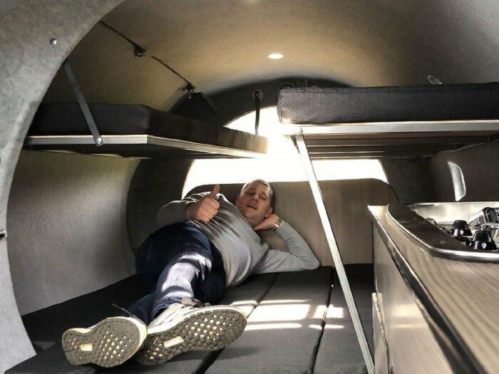Диваны в гостиной легко превращаются в спальное место. | Фото: insider.com.