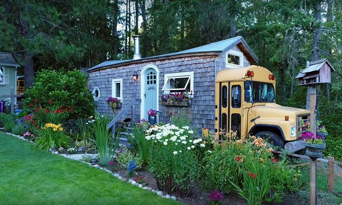 Креативная семейная пара превратила старый школьный автобус в «кедровый коттедж».
