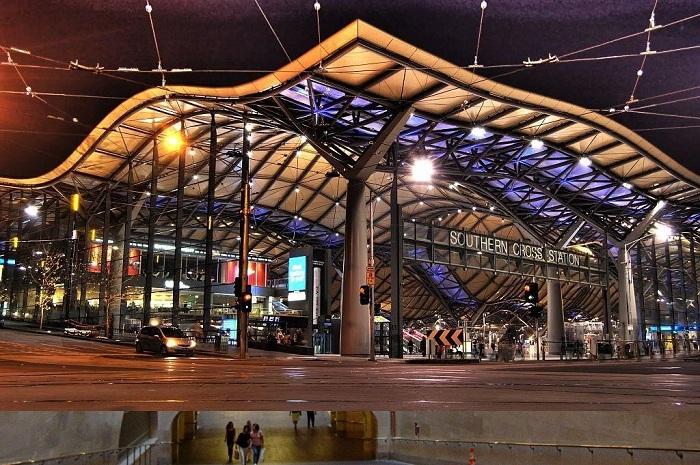 Смелое архитектурное решение железнодорожной станции в Мельбурне (Австралия).