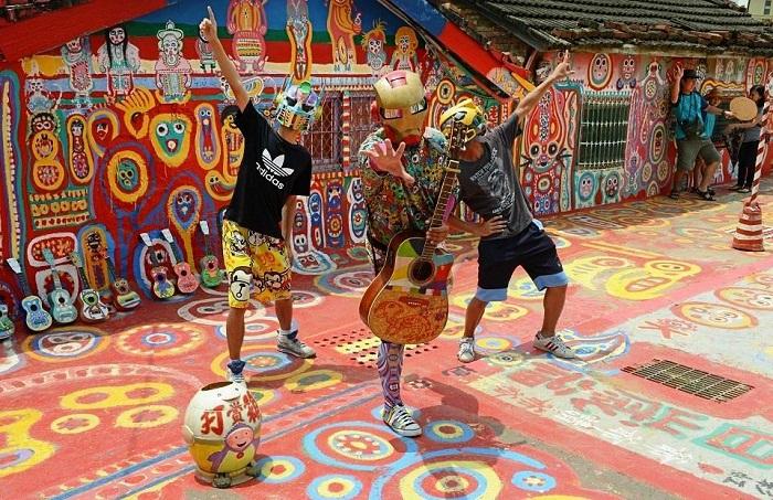Молодежь устраивает целые тематические представления на территории «Радужной деревни» (Тайвань).