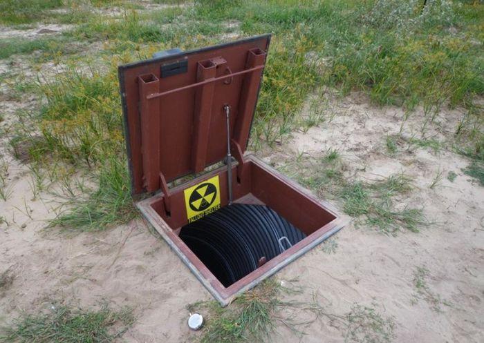 Вход в жилище-убежище замаскирован под обычный канализационный люк (Подземный бункер-труба Atlas). | Фото: news.bigmir.net.