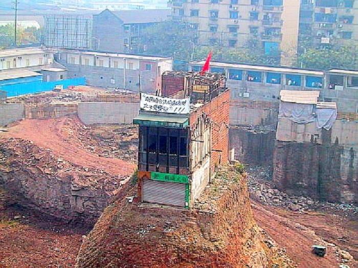 Дом-гвоздь на строительной площадке в Китае.
