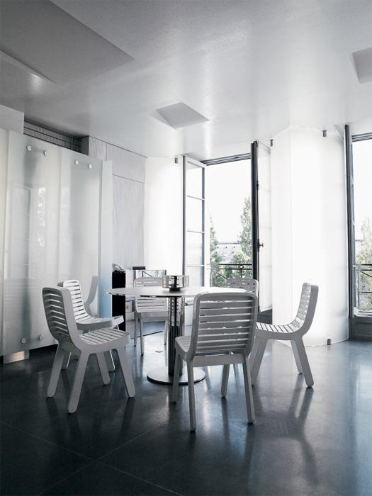 Минималистский интерьер столовой зоны дополняет мебель Мартина Шекели и Майкла Янга (квартира Карла Лагерфельда, Париж). | Фото: Karl Lagerfeld.