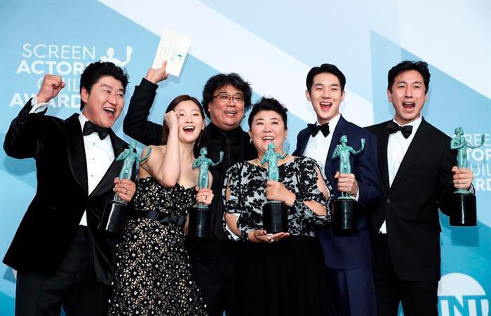 Актеры киноленты «Паразиты» получили несколько наград за «Лучший актерский состав в игровом кино». | Фото: Whatthegirl.com.