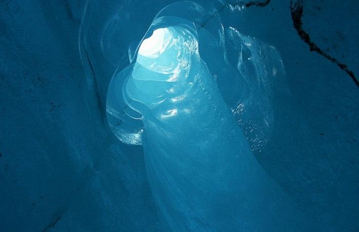 Весь ледяной туннель заливается невероятным синим светом (Ледник Рона, Швейцария).