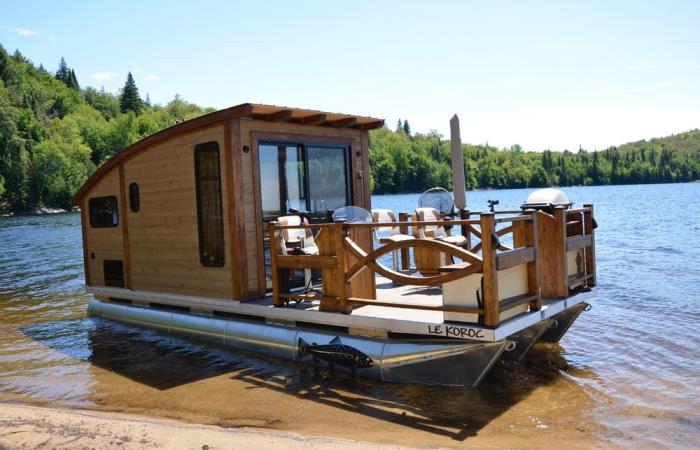 Крошечный благоустроенный плавучий домик – идеальное решение для организации отдыха на природе и рыбалки. | Фото: pinterest.com.