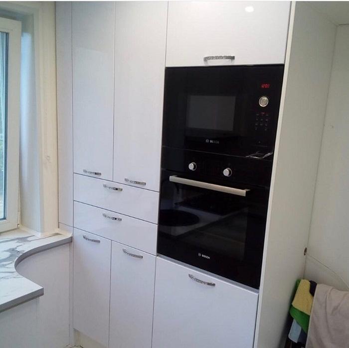 В этом шкафу удалось разместить всю необходимую бытовую технику и кухонные принадлежности.